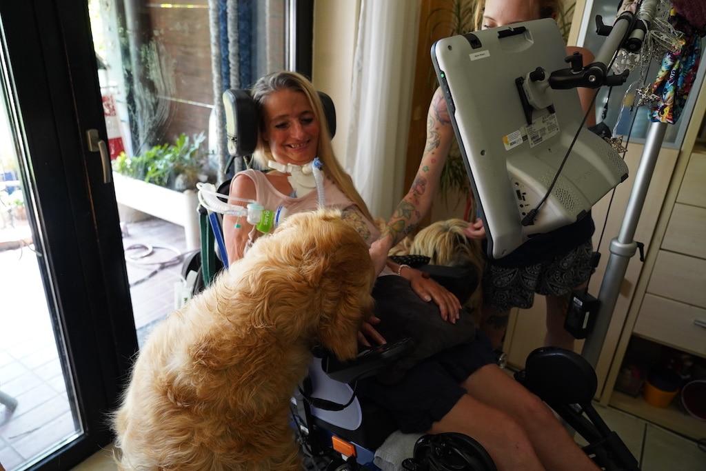 """""""Es ist leichter, wenn man Dinge mit Humor nimmt und viel lacht!"""" -Brigitte, ALS Patientin"""